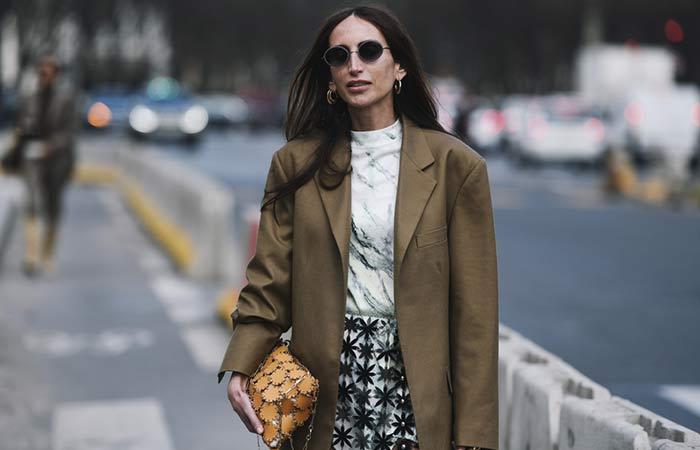 """Die Girlies aus den 90ern haben das Jahrzehnt vor allem durch ihre schrägen Modetrends geprägt. Vieles was in den 90ern Mode war, ist es heute immer noch oder wieder. Immer mehr Trends aus den 90ern leben heute wieder auf. Seht es euch an. Hier die 20 besten Modetrends aus den 90er Jahren!  Klobige Plateau-Schuhe von Dockers oder Buffalo waren unter Jugendlichen ein Muss in den Neunzigern - heute laufen in Großstädten wieder viele junge Leute so herum. Auch beliebt Unterbrusthosen von Levi's, gerne kombiniert mit XL-T-Shirts, reingesteckt. Auch bei den Frisuren kommen Erinnerungen auf. Zwei Dutts wie das Spice Girl Mel B der berühmten britischen Girl-Group trug, sieht man wieder öfter. Bauchfrei sowieso.  Das Comeback der 90er definiert sich über ein radikale Veränderung der Silhouette - von ganz eng zu ganz weit, erklärt Carl Tillessen vom Deutschen Modeinstitut. Es geht der heutigen Jugend in erster Linie um das Verhältnis zum Körper, das ein anderes ist als das der vorherigen Generationen. Man hat versucht, sich von der Freizügigkeit und Übersexualisierung der Erwachsenen abzugrenzen. h2Oversize blazerh2 a href=httpswww.shutterstock.comimage-photoparis-france-february-28-2019-street-1344649883httpswww.shutterstock.comimage-photoparis-france-february-28-2019-street-1344649883a  Der Oversize Blazer wird zum Keypiece für moderne Streetstyle Looks. Diese Saison besonders beliebt Modelle in zartena href=httpswww.instyle.demodepastellfarbenPastellfarbenawie Rosa, Hellblau oder Mintgrün. Ebenfalls angesagt sind karierte Blazer in Grau. h2Crop topsh2 a href=httpswww.shutterstock.comimage-photoindoor-fashion-autumn-portrait-elegant-sexy-310652177httpswww.shutterstock.comimage-photoindoor-fashion-autumn-portrait-elegant-sexy-310652177a  Schon in den 90ern war """"Bauchfrei"""" ein umstrittener Trend. Die einen liebten es – die anderen hassten es. Crop Tops gibt es in den unterschiedlichsten Varianten von ultra-knapp über midi bis an der Hüfte endend. Je nach Länge des Oberteils """